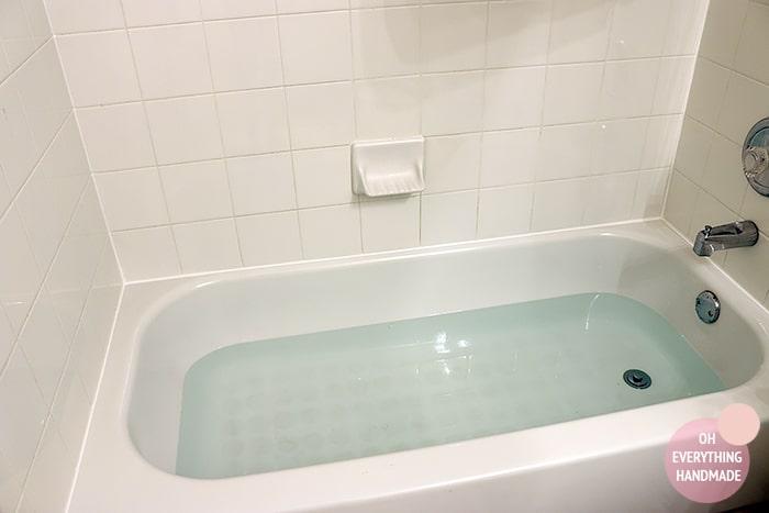how to clean caulking in bathtub